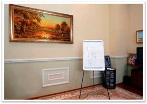 Картины из янтаря в интерьере. Пейзаж в простом рабочем кабинете